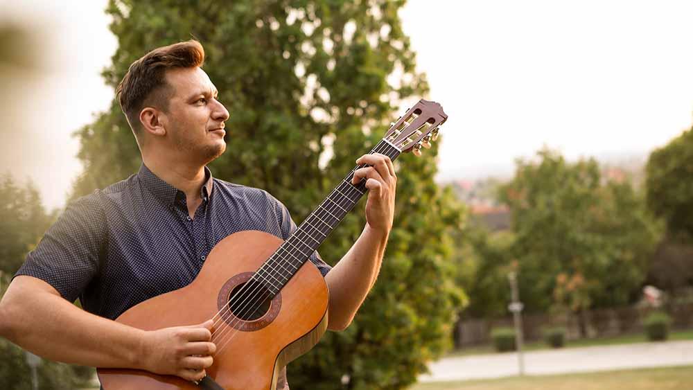Miki-gitárral